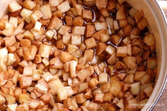 Оставляем в таком состоянии яблоки на 12 часов. Периодически их нужно перемешивать. Они дадут много сока. На фото яблоки через 8 часов такого «томления».