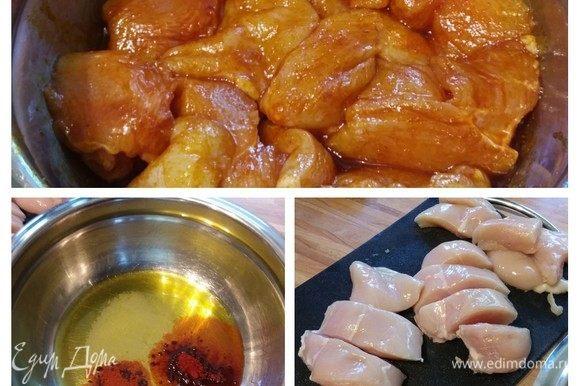 Мясо промыть, обсушить и нарезать на крупные кусочки. В миске смешать 2 ст. л. оливкового масла с солью, красной сладкой и копченой паприкой. Выложить филе в маринад и тщательно перемешать. Отставить в сторону.