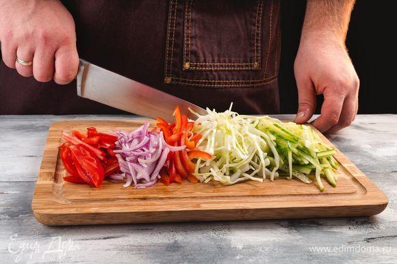 Нашинкуйте болгарский перец, огурцы, капусту, лук. Помидоры нарежьте тонкими полукольцами.