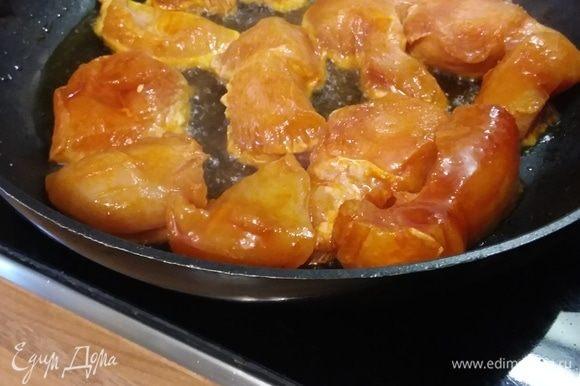 Разогреть в большой сковороде оставшееся оливковое масло и обжарить мясо со всех сторон до золотистого цвета.