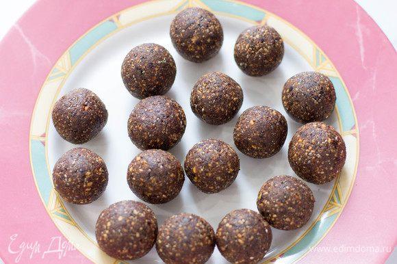 Сформировать из получившейся массы шарики. Из этого количества ингредиентов получается 13–16 конфет в зависимости от размера.
