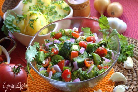 Я добавила в салат еще красный лук. Рядом подаем отварную картошечку.