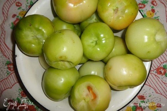В каждом помидоре вырезать место, где прикрепляется плодоножка.