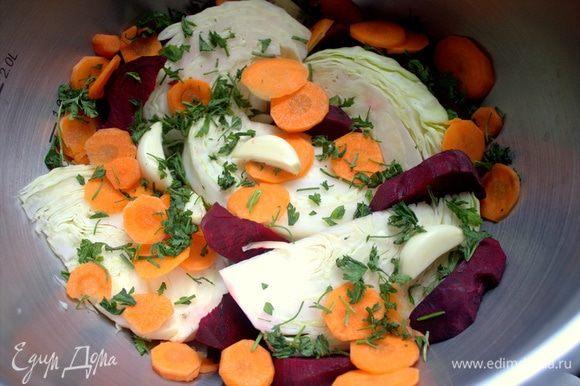 Насыпать кружочки моркови и сырую свеклу с зеленью и чесноком — это будет первый слой.