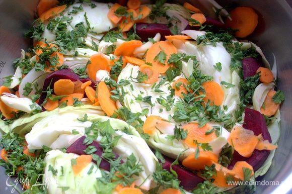 Снова кладемкапусту, остальные морковь и свеклу, зелень. Вместо стручкового чили я использовала перец в сухом виде.