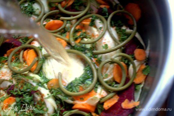 Залить рассолом так, чтобы все овощи были покрыты водой. Верх прикрыть капустными листьями.