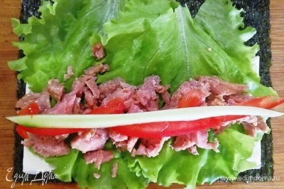 Второй вид роллов делаем также, но основа — филе тунца в масле.
