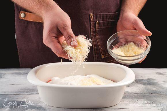 Посыпьте рыбу пармезаном и выпекайте 20 минут при температуре 180°C.