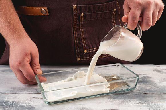 Замочите 1 пластинку желатина в холодном молоке на 5 минут. Поставьте молоко в сотейнике на огонь и прогрейте до полного растворения желатина, не доводя до кипения. Взбейте сливки с 2 ст. л. сахара и с ванилином.