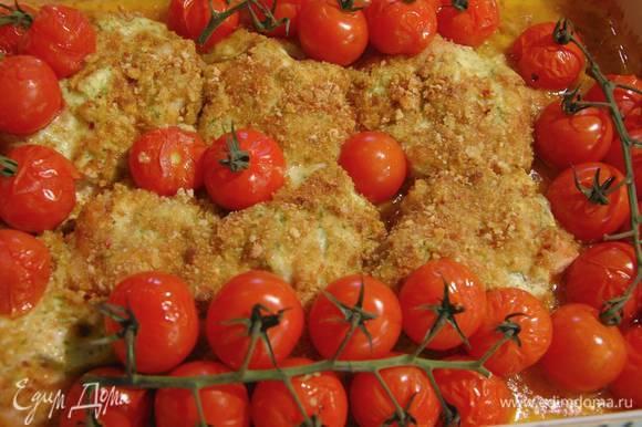Запекать курицу в разогретой духовке 20 минут, затем добавить в форму помидоры на веточках и запекать все до готовности.