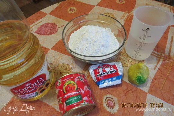 Подготовить все ингредиенты для теста: мука, дрожжи, томатная паста ТМ «Помидорка», растительное масло, соль, сахар, теплая вода.