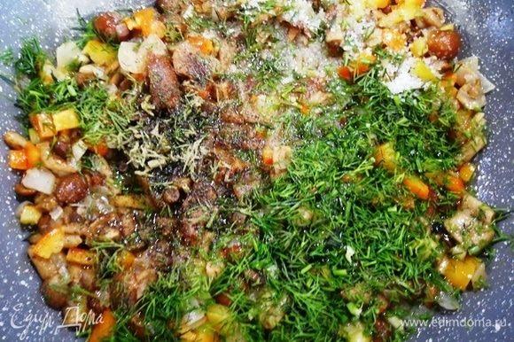 Выключаем плиту, добавляем укроп и перемешиваем овощи.