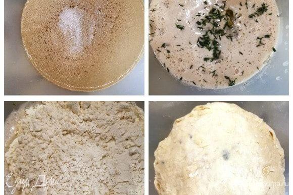 В теплой воде с добавлением сахара разводим дрожжи. Оставляем на 10 минут. Перемешиваем, добавляем соль, тимьян, оливковое масло. Всыпаем муку, замешиваем тесто. Оставляем для подъема на 30–40 минут.