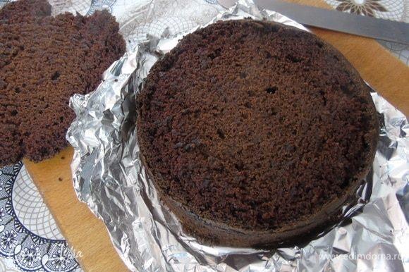 Верхушку бисквита срежьте и немного подсушите его в духовке. Бисквит разрежьте на два коржа. Я корж заворачиваю в пленку и оставляю на ночь в холодильнике — так структура у него становится лучше и он легче режется.