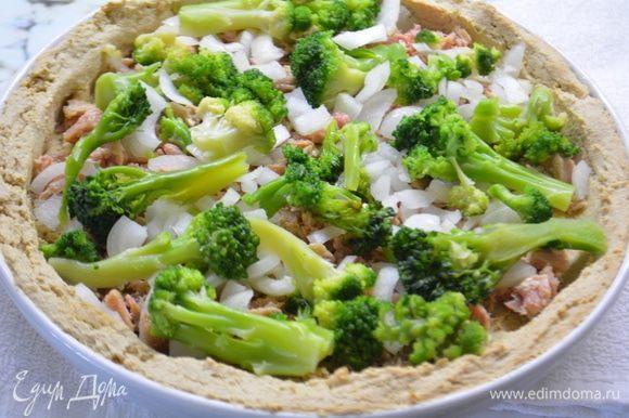 Выкладываем на тесто консервированного тунца ТМ «Магуро», соцветия брокколи и лук.