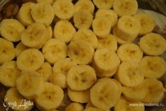 Нарезанные бананы выложить равномерно в смазанную маслом форму. Бананы должны быть небольшими и спелыми.