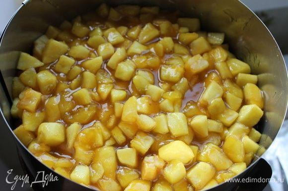 На горячий корж выложите горячие яблоки, залейте соусом, который у вас образовался в процессе приготовления, и отправьте пирог в холодильник на 2–3 часа.