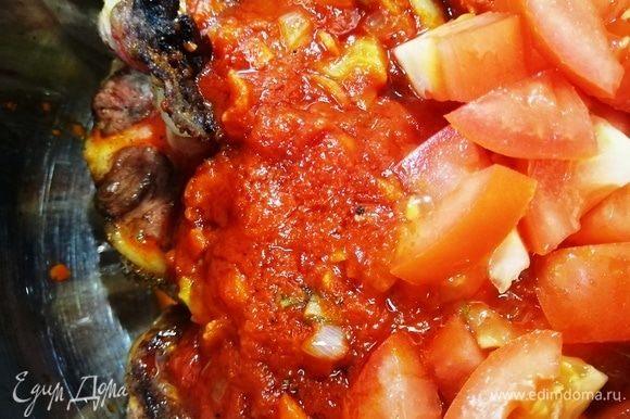 Переливаем томатную заправку к хвостам, добавляем нарезанный помидор. Обратите внимание, что солить и перчить рагу мы будем в самом конце, так как томится рагу долго и сильно уваривается.