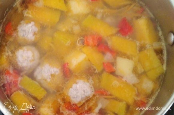 По вкусу добавить специи и отварные фрикадельки. Осенний суп готов!