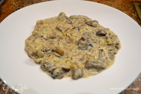 В центр тарелки выложить грибной соус.