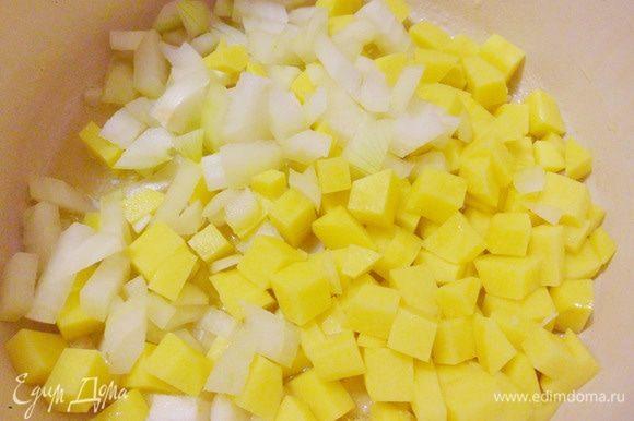 Высыпаем нарезку из картофеля, лука и чеснока в кастрюлю. Обжариваем эту смесь до тех пор, пока лук не станет прозрачным.