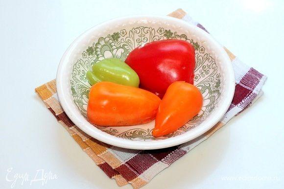 Сладкий перец очищаем от семян и запекаем в микроволновке или в духовке. Затем кладем перцы в пакет и закрываем. Отставляем пакет с перцем в сторону до небольшого остывания.