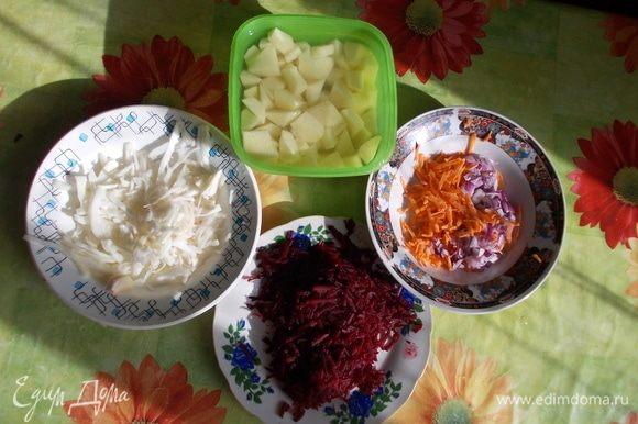 Пока готовится бульон, готовим оставшиеся ингредиенты. Вареную свеклу и морковь трем на терке. Капусту нарезаем соломкой (тоненькой). Лук нарезаем мелким кубиком, картофель — средним. Налейте подсолнечное масло на сковороду, включите средний огонь. Сначала жарьте лук и морковь (5 минут). После этого добавьте томатную пасту и сахар, перемешайте и оставьте на плите еще на 3 минуты.