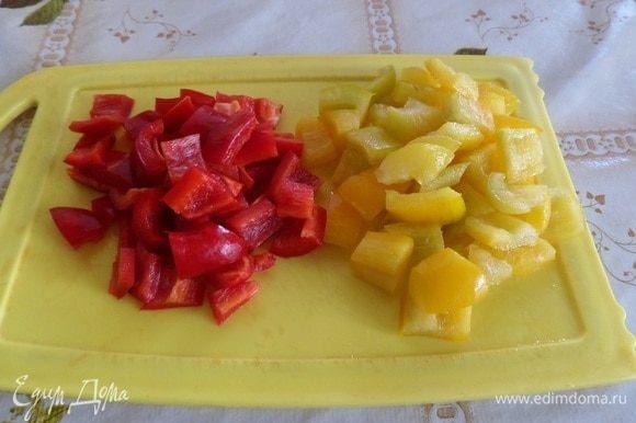 Очищаем и нарезаем болгарский перец.