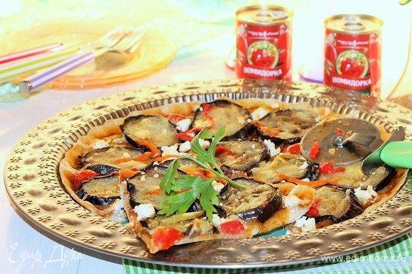 Затем переключаем температуру духовки на 190°C и выпекаем пиццу до румяной и хрустящей корочки.
