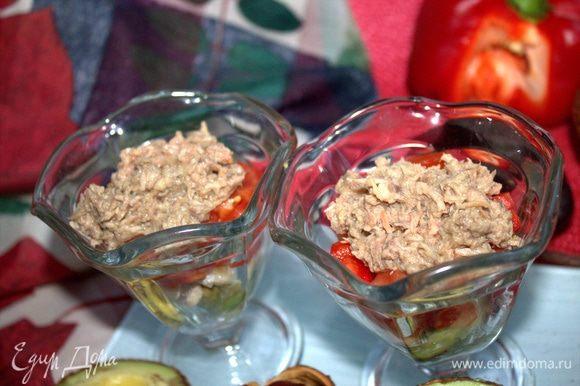 Слить жижкость с тунца и добавить в салатники по 1 ст. л. с горкой.