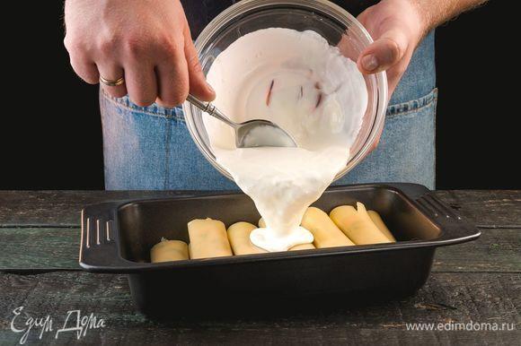 Выложите конкильони в форму для запекания, сверху залейте сливочной смесью.