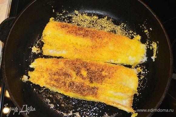Обжаривать в масле на раскаленной сковороде 2–3 минуты с каждой стороны.