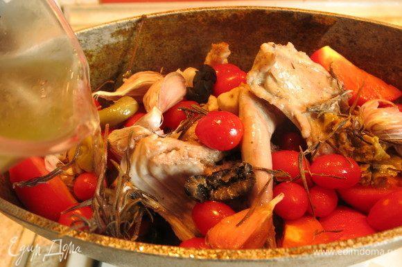 К кролику добавить оливки, чеснок, веточки розмарина, томаты четвертинками (я часть обычных томатов заменила на черри). Влить вино.