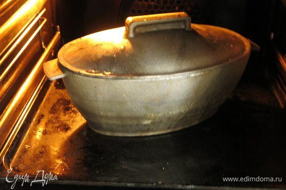 Закрываем крышкой и ставим в разогретую до 190°C духовку на 40 минут. После этого томим еще 5–7 минут без крышки.