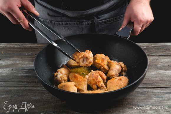Разогрейте глубокую сковороду с растительным маслом и обжарьте крылышки в панировке со всех сторон до золотисто-коричневого цвета. Жарьте маленькими порциями по 10–15 минут.