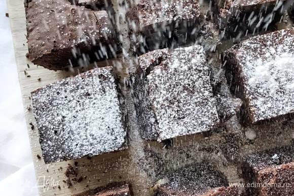Готовый брауни нарезать на кусочки и посыпать сахарной пудрой. Также можно полить шоколадом и украсить орехами! А подавать брауни можно с шариком ванильного мороженого) Приятного чаепития!
