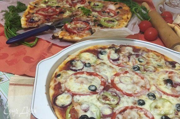 Получается две тоненькие пиццы с сытной начинкой.