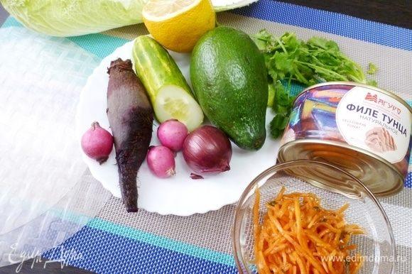 Подготовить продукты для спринг-роллов. Овощи и зелень могут быть разные: те, которые вам нравятся и которые сочетаются между собой. В этот раз я подготовила то, что вы видите на фото.