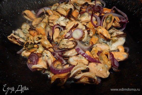 Лук слегка обжарить в небольшом количестве оливкового масла. Добавить мидии и обжаривать 3 минуты.