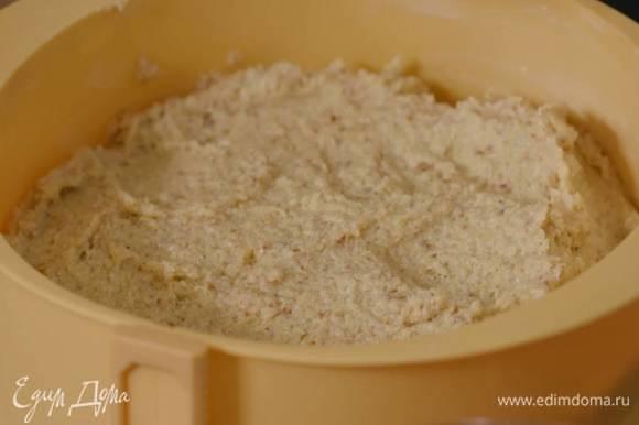 Разъемную форму для выпечки смазать оставшимся сливочным маслом, выложить тесто и разровнять его. Выпекать пирог в течение 30–40 минут в зависимости от мощности духовки.
