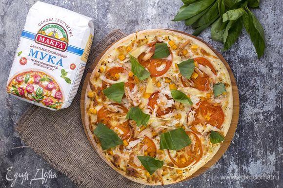 Выпекайте пиццу в духовке при температуре 180°C в течение 30 минут. Сверху на готовую пиццу выложите базилик и нарезанный пармезан. Приятного аппетита!
