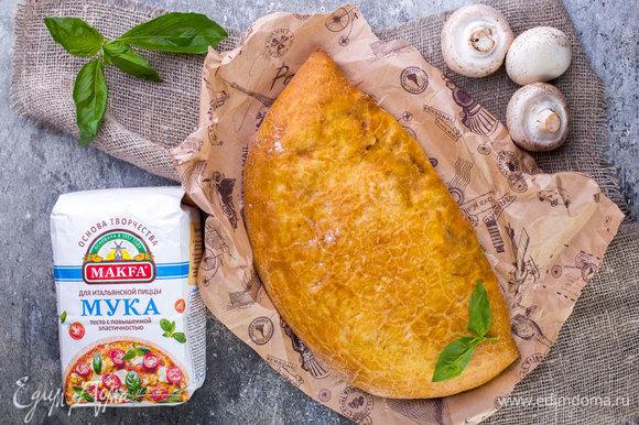 Противень застелите пергаментной бумагой, выложите пиццу и выпекайте ее 25 минут в духовке, разогретой до 200°C. Приятного аппетита!