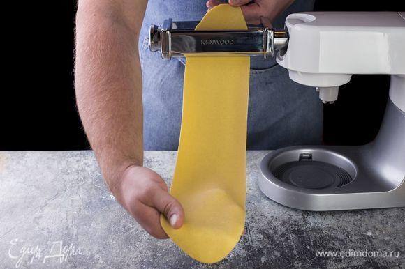 Раскатайте тесто в тонкий пласт при помощи кухонной машины до толщины 1,5–2 мм. Раскатанное тесто подсушите в течение 7–10 минут.