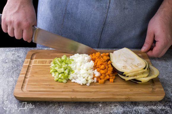 Баклажаны нарежьте слайсами, лук, морковь и сельдерей — мелким кубиком.