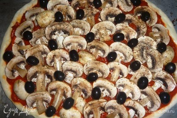 Посыпать свежемолотым черным перцем, выложить маслины.