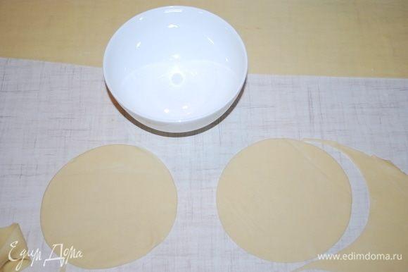 Раскатываем тесто толщиной примерно 4 мм, вырезаем большие круги.