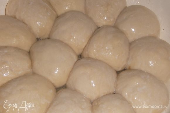 Когда булочки поднимутся, смазать их взбитым яйцом или молоком.