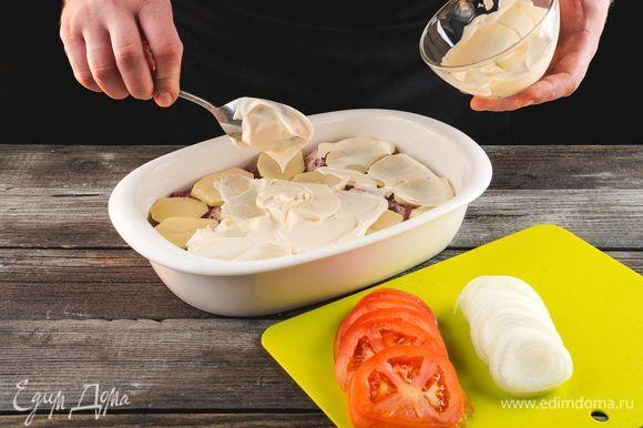 Смажьте форму растительным маслом. Выложите слой мяса, сверху — соль и перец, затем — слой картофеля. Густо смажьте майонезом.