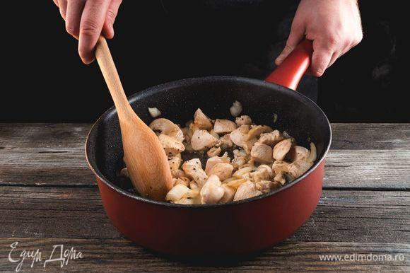 Измельчите лук, грибы и куриное мясо. Обжарьте все до золотистого цвета на растительном масле.