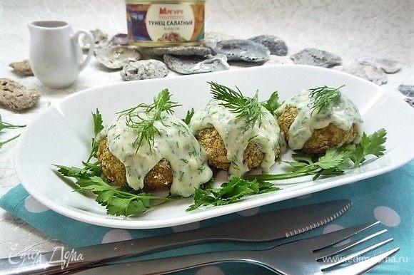 Рыбные бонбоны укладываем на сервировочное блюдо, поливаем сливочным соусом, украшаем веточками укропа и петрушки и подаем к столу. Приятного аппетита!